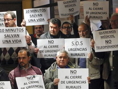 Mayors and councilors from municipalities in Castilla la Mancha protest against the closure of 24-hour medical centers earlier this year.