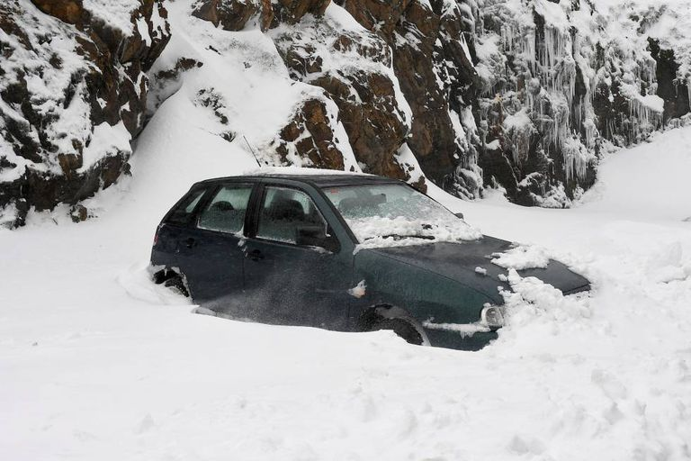 A car trapped in the snow in Busdongo (León) on March 20.
