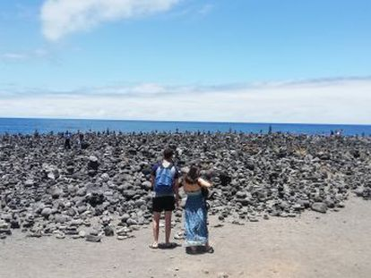 Volunteers plan to remove hundreds of the man-made piles due to their negative impact on the environment, given that they threaten the island's flora and fauna