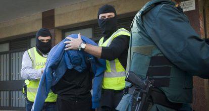 The Civil Guard arrests an alleged jihadist in Cornellà, Barcelona province.