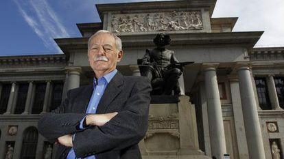 Eduardo Mendoza in front of the Prado museum, one of the scenarios of his winning novel.