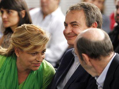 Zapatero (c) with Rubalcaba and Elena Valenciano on Sunday.