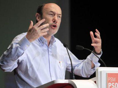 Socialist leader Alfredo Pérez Rubalcaba speaking in Madrid on Sunday.