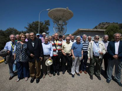 The Spaniards who took part in the NASA space programs pose in front of the Robledo de Chavela monitoring station.