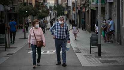 Two passers-by in Hospitalet de Llobregat, Catalonia.