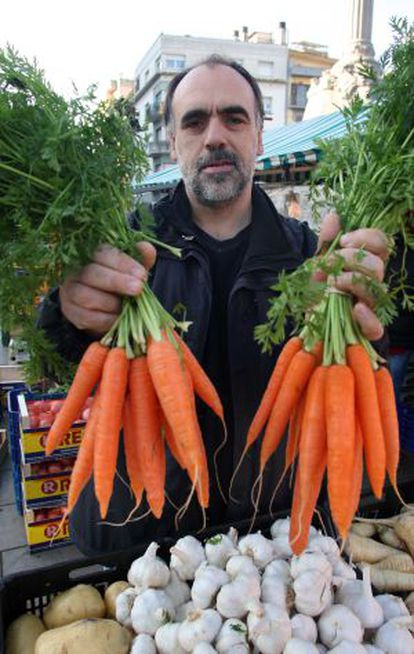 Theater chief Quim Marcé is circumventing the VAT rise by giving away tickets with each 13-euro carrot he sells.