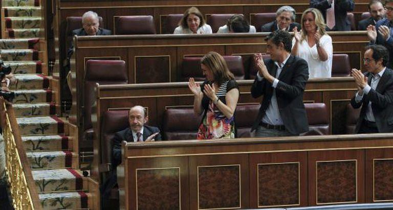 Alfredo Pérez Rubalcaba is given a standing ovation in Congress.