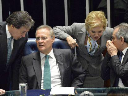 Senators Eunicio Oliveira, Renan Calheiros, Marta Suplicy and Raimundo Lira talking in the upper house.