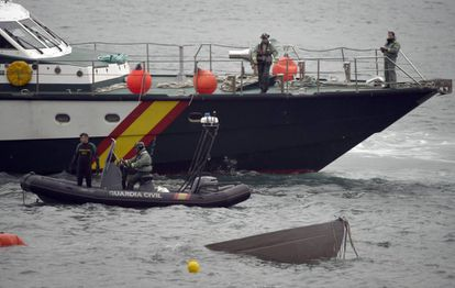 Members of the Civil Guard re-float the 'narco-submarine' intercepted in Galician waters.