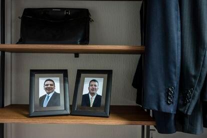 Photos of García Harfuch's deceased bodyguards Edgar and Rafael sit on a shelf.