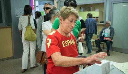 A woman votes in the Catalan regional elections in 2015.