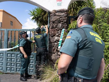 Guardia Civil officers search the home of Tomás Gimeno, the father of the missing girls, Anna and Olivia.