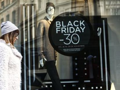 A sign for a Black Friday sale in a store on Madrid's Gran Vía.
