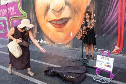 Greta Borszewski, aka Grex, on the Gran Vía in Madrid singing 'Sitting on the Dock of the Bay.'