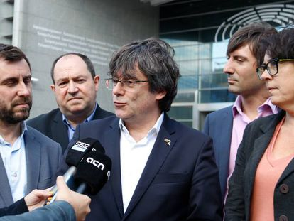 Toni Comín (l) and Carles Puigdemont (c) outside the European Parliament on Wednesday.