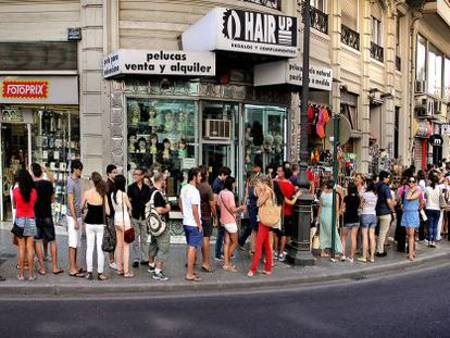 People in Valencia wait in line to sign up for German classes.