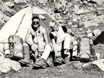 Joe Simpson (I) and Simon Yates at the base camp of Siula Grande.