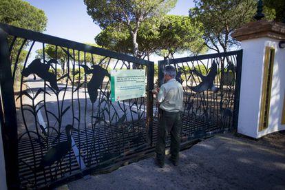 A member of staff closes the gates to the El Acebuche lynx breeding center.