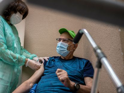 A vaccine is administered in the Madrid region on Tuesday.
