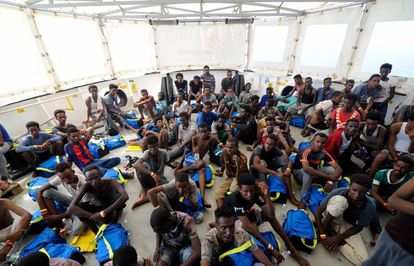 The 'Aquarius' is carrying 141 migrants, many of them minors.