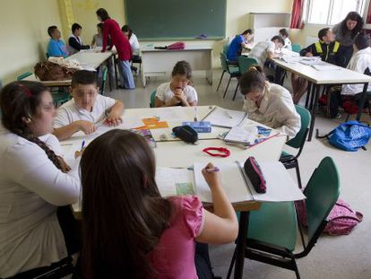 Children in Seville take part in a class organized by the Fundación del Secretariado Gitano.