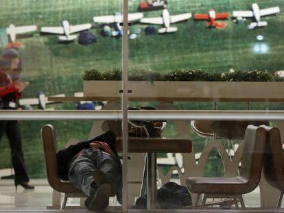 David, a homeless person posing as a traveler, at Madrid airport.