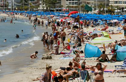 Beachgoers in Benidorm, in an image from 2019.