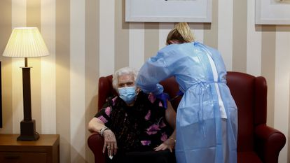 A resident of the DomusVi Sabadell nursing home getting inoculated.