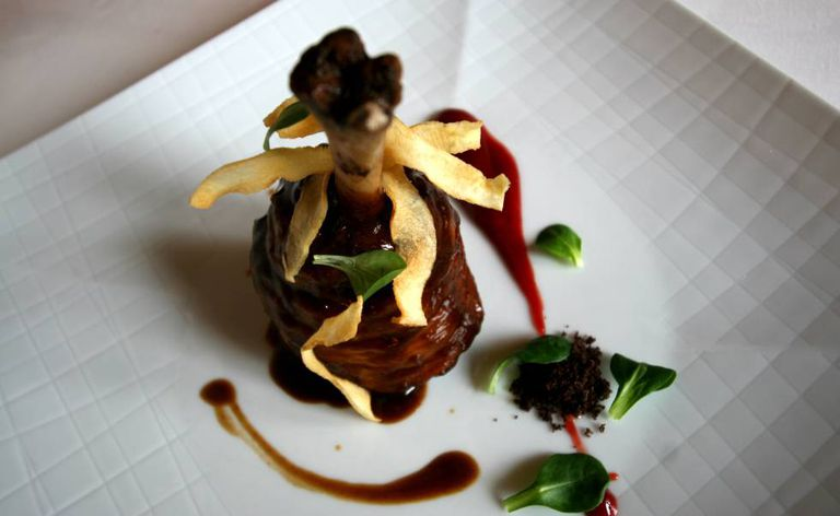 Lamb gigot glazed with honey and Salsifis chips, a dish from Lillas Pastía, in Huesca.