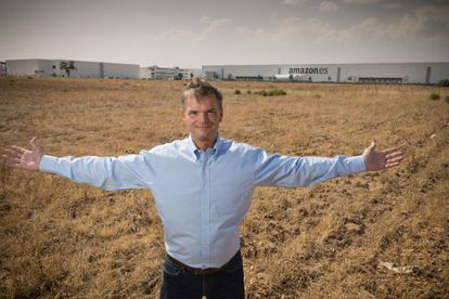Fred Pattje, operations manager of Amazon España, poses in front of the land where the logistics center will be expanded.