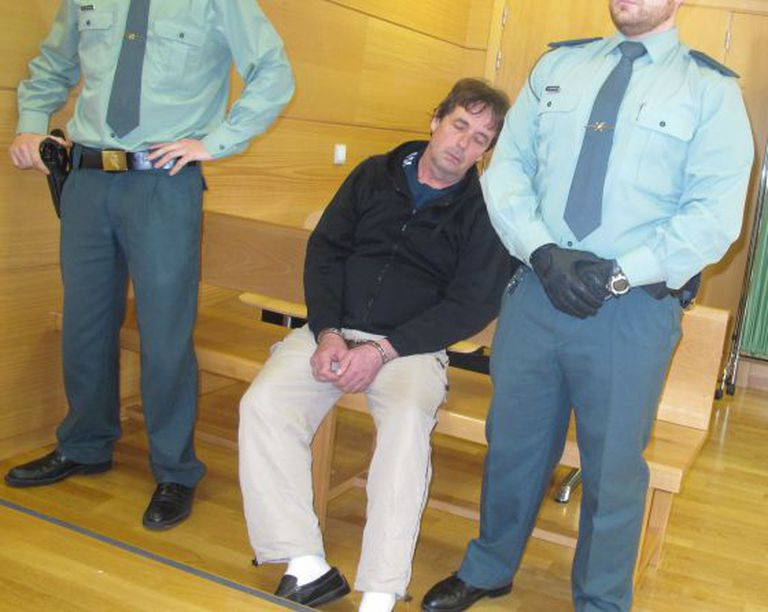 Bank robber Giménez Arbe pretends to have passed out in court.