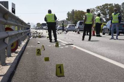 Guardia Civil officers investigate the recent accident in Olvera (Valencia) in which two cyclists were killed.