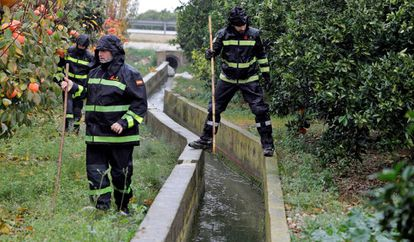 Members of the Emergency Military Unit search for the body of Marta Calvo.