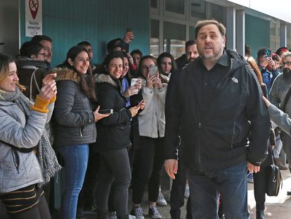 Students look on as Oriol Junqueras (r) arrives at Vic University.