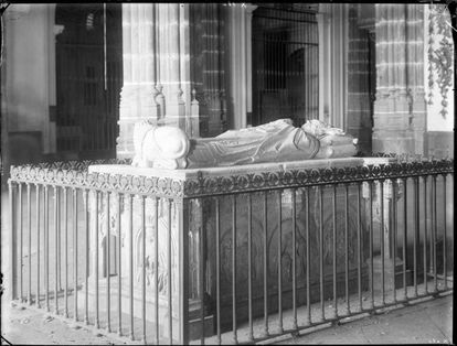 The tomb of Archbishop Carrillo Acuña, photographed in the 19th century by Jean Laurent.