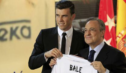Florentino Pérez and Gareth Bale during the player's presentation at the Santiago Bernabéu.