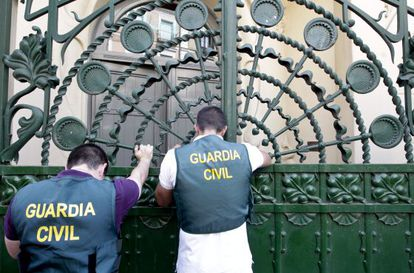 An image from the difficult days of 2011 shows civil guards outside the SGAE's Madrid headquarters.