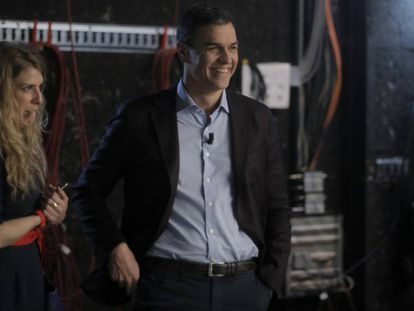Pedro Sánchez, the Socialist nominee, with his communications director on the set of Cuatro.