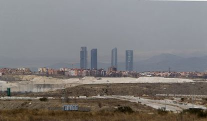 A view of the pollution over the Madrid skyline, which obscures the surrounding mountains.