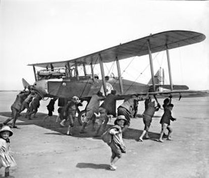 A British plane lands in Dunkirk on June 4, 1918.