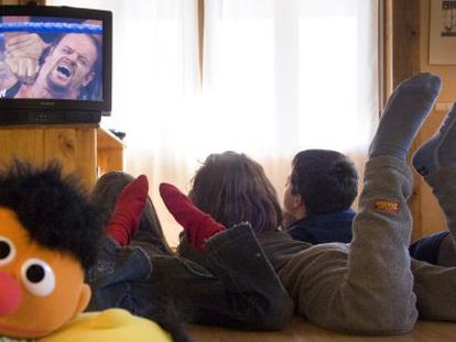 The average Spaniard spent more than four hours a day watching television in 2011.