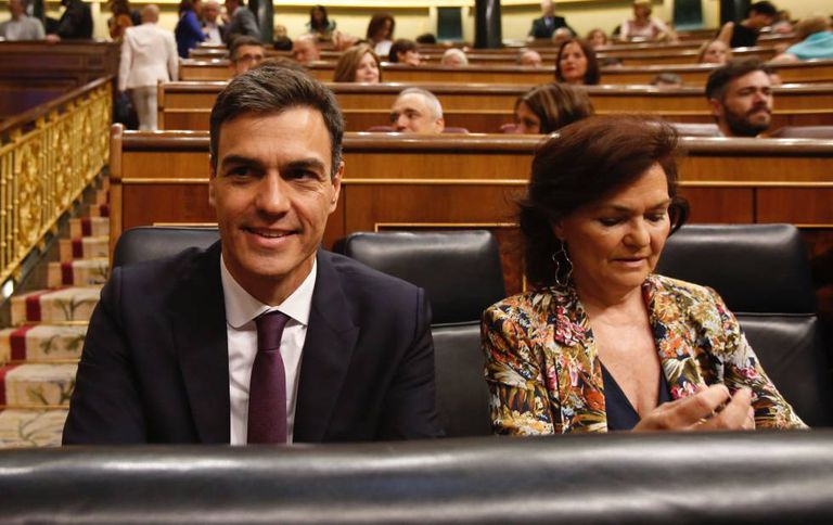 Pedro Sánchez and Deputy PM Carmen Calvo in Congress this morning.
