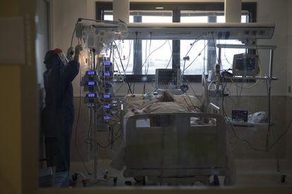 A health worker treats a coronavirus patient in a hospital in Murcia.