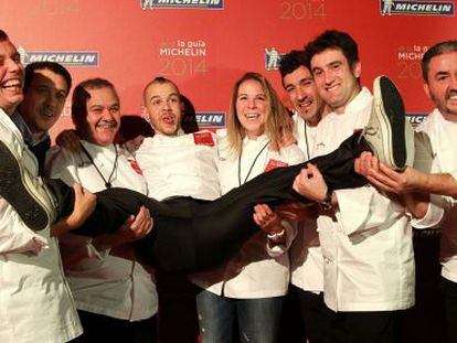 David Muñoz (c) is held aloft by other winning chefs in Bilbao.