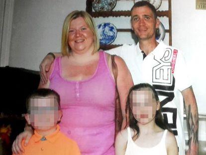 El turista británico Anthony Abbott junto a su esposa, y dos hijos.