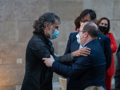 Jailed separatist leader Jordi Cuixart (l) with the Spanish minister of territorial policy, Miquel Iceta.