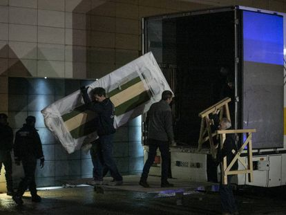 Workers unload a truck with the disputed treasures after the arrival of the Civil Guard.