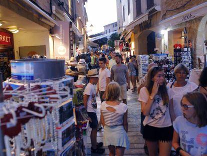 Tourists shopping in Alcudia, Mallorca.