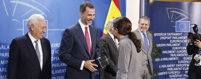 Iglesias (with ponytail) hands over 'Game of Thrones' to King Felipe.