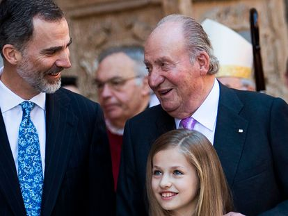 King Felipe VI of Spain stands with his father Juan Carlos I (r) and one of his daughters Princess Leonor in 2018.